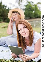 twee vrouwen, en, moderne technologie