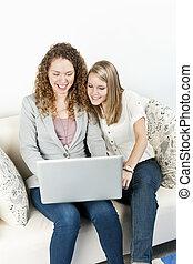 twee vrouwen, gebruikende laptop, computer