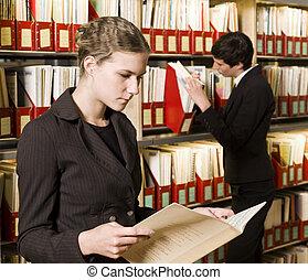 twee vrouwen, op, een, bibliotheek