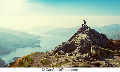 twee, vrouwlijk, hikers, bovenop, de, berg, het genieten...