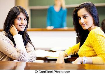twee, vrouwlijk, universiteitsstudenten, in, klaslokaal