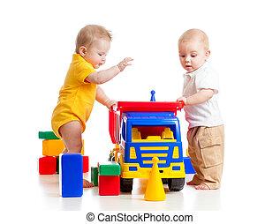 twee, weinig; niet zo(veel), geitjes, spelend, met, kleur, speelgoed