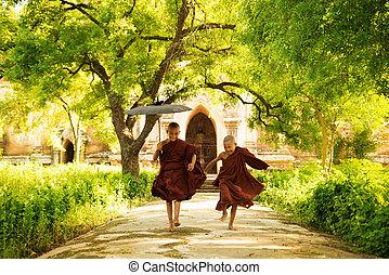 twee, weinig; niet zo(veel), monniken