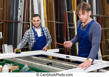 twee, werklieden, werkende , met, venster, profielen