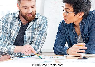 twee, zakenlieden, besprekende zaak, plan, in, kantoor