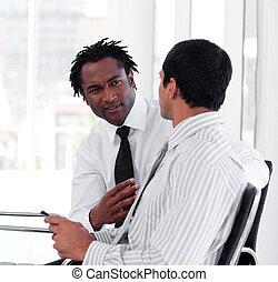 twee, zakenlui, het op elkaar inwerken