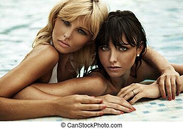 twee, zwemmen, zon, pool, vriendinnen, het genieten van