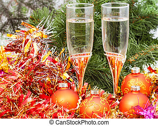 Two glasses with gold Xmas decorations and tree 4