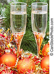 Two glasses with gold Xmas decorations and tree 7