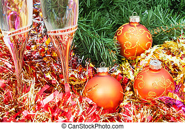 Two glasses with gold Xmas decorations and tree 8