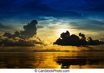 Sunset sky with cloud on the lake.