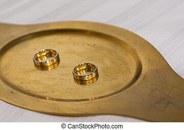 Two wedding rings on a gold tablet - Zwei goldene Eheringe...