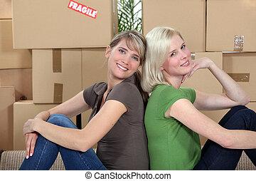 twosome, seduta, ragazze, giovane, insieme, a contatto dalla parte posteriore, spostamento