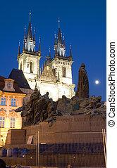 tyn 教堂, 以及, 雕像, 紀念碑, ......的, 1月, hus, 夜間, 古老的城鎮廣場, 布拉格, 捷克共和國