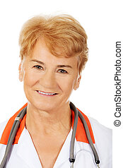 uśmiech, starszy, samiczy doktor, z, stetoskop