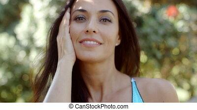 uśmiechanie się, ładny, młoda kobieta, dotykanie, jej, twarz