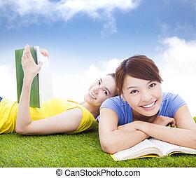 uśmiechanie się, ładny, studenci, leżący, na, przedimek określony przed rzeczownikami, grassland, z, książki