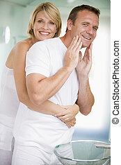 uśmiechanie się, łazienka, para biorąca w objęcia