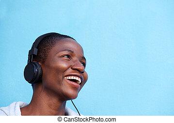 uśmiechanie się, afrykańska kobieta, słuchająca muzyka, z, słuchawki