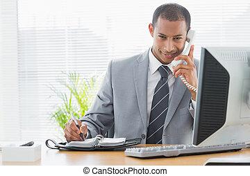 uśmiechanie się, biznesmen, używając komputer, i, telefon, na, biuro