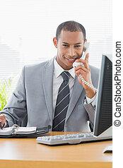 uśmiechanie się, biznesmen, używając komputer