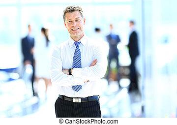 uśmiechanie się, biznesmen, w, jego, biuro