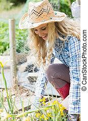 uśmiechanie się, blondynka, kobieta, pracujący, w ogrodzie