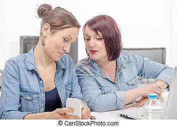 uśmiechanie się, businesswomen, używając, komórka głoska, w, biuro