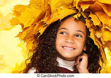 uśmiechanie się, czarna dziewczyna, chodząc, klonowe listowie, korona