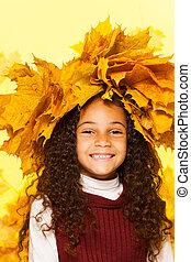 uśmiechanie się, czarna dziewczyna, chodząc, klonowe listowie, wieniec