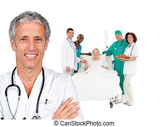 uśmiechanie się, doktor, z, pacjent w łóżku, i, medyczna obsada, za, jemu