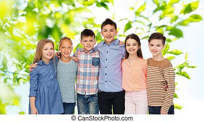 uśmiechanie się, dzieci, tulenie, szczęśliwy