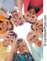uśmiechanie się, grupa, nastolatki