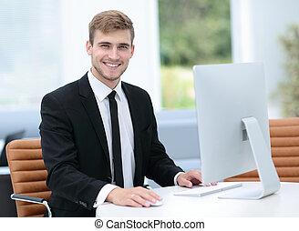 uśmiechanie się, handlowiec, pracujący na komputerze, w, niejaki, nowoczesny, biuro