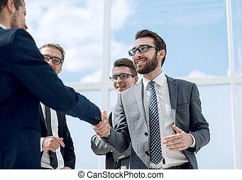 uśmiechanie się, handlowy wzmacniacz, potrząsające ręki, z, nawzajem