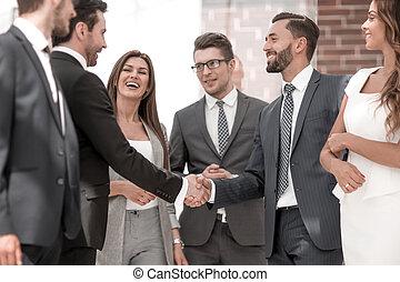 uśmiechanie się, handlowy zaludniają, potrząsające ręki, z, nawzajem
