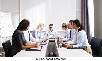 uśmiechanie się, handlowy zaludniają, spotkanie, w, biuro