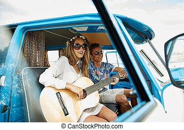 uśmiechanie się, hipis, para, z, gitara, w, minivan, wóz