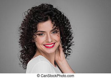 uśmiechanie się, kędzierzawy włos, kobieta