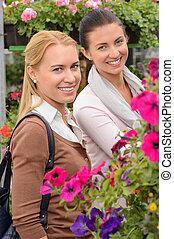 uśmiechanie się, klient, kobiety, w, ogrodowy środek