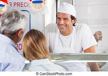 uśmiechanie się, klientela, rzeźnik, przyjacielski