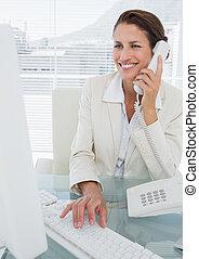 uśmiechanie się, kobieta interesu, używając komputer, i, telefon