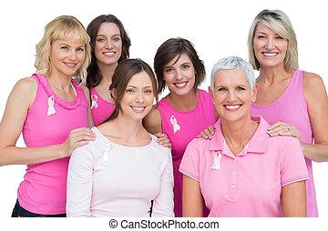 uśmiechanie się, kobiety, przedstawianie, i, chodząc, różowy, dla, rak piersi