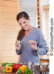 uśmiechanie się, kuchnia, roślina, przygotowując, gulasz, kobieta