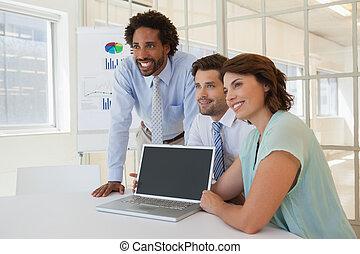 uśmiechanie się, laptop, handlowe biuro, ludzie