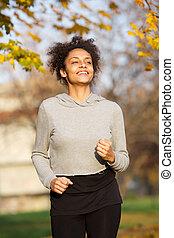 uśmiechanie się, młoda kobieta, jogging, outdoors, w parku