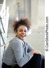 uśmiechanie się, młoda kobieta, słuchająca muzyka, z, earphones