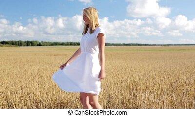 uśmiechanie się, młoda kobieta, w, biały strój, na, zboże,...