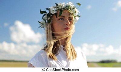 uśmiechanie się, młoda kobieta, w, wieniec, od, kwiaty,...