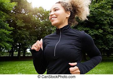 uśmiechanie się, młoda kobieta, wyścigi, w parku